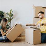 Koppel stel verhuizen verhuisdoos